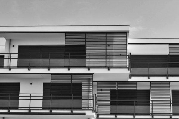 Comment créer une pente minimale lors de la construction d'un toit plat ?